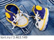 Вязанные кеды для новорожденного ребенка на джинсовом фоне. Стоковое фото, фотограф Светлана Кузнецова / Фотобанк Лори