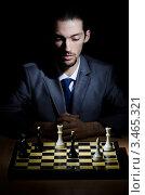 Купить «Мужчина в костюме играет в шахматы», фото № 3465321, снято 7 февраля 2012 г. (c) Elnur / Фотобанк Лори