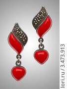 Красные серьги с подвесками в виде сердец на сером фоне. Стоковое фото, фотограф Elnur / Фотобанк Лори