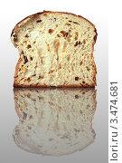 Сдобный хлеб на зеркальной поверхности. Стоковое фото, фотограф Олег Скударнов / Фотобанк Лори