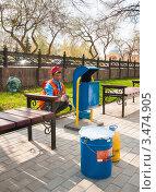 Купить «Рабочий гастарбайтер маляр красит урны для мусора на улице города», эксклюзивное фото № 3474905, снято 25 апреля 2012 г. (c) Игорь Низов / Фотобанк Лори
