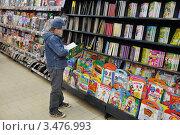 Купить «Ребенок выбирает книгу в магазине», эксклюзивное фото № 3476993, снято 27 апреля 2012 г. (c) Володина Ольга / Фотобанк Лори