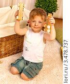 Мальчик играет на ковре в детской (2012 год). Редакционное фото, фотограф Емельянова Карина / Фотобанк Лори