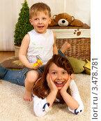 Мальчик сидит на старшей сестре в детской комнате (2012 год). Редакционное фото, фотограф Емельянова Карина / Фотобанк Лори