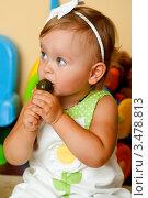 Малышка с леденцом на палочке. Стоковое фото, фотограф Емельянова Карина / Фотобанк Лори