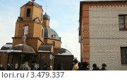 Купить «Русская православная церковь. Бездомные на фоне храма, Уфа», видеоролик № 3479337, снято 1 марта 2012 г. (c) Mikhail Erguine / Фотобанк Лори