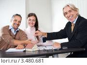 Пара покупает квартиру через риэлтора. Стоковое фото, фотограф Андрей Попов / Фотобанк Лори