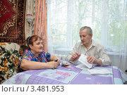 Купить «Пенсионеры подсчитывают сумму по квитанции за услуги ЖКХ», фото № 3481953, снято 1 мая 2012 г. (c) Мастепанов Павел / Фотобанк Лори