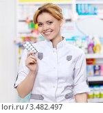 Купить «Девушка-фармацевт держит в руке таблетки», фото № 3482497, снято 5 марта 2012 г. (c) Raev Denis / Фотобанк Лори