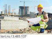 Купить «Инженер-строитель с чертежами на фоне стройки», фото № 3485137, снято 26 апреля 2012 г. (c) Дмитрий Калиновский / Фотобанк Лори
