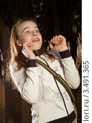 Купить «Девочка в лесу испугалась», фото № 3491365, снято 26 апреля 2012 г. (c) Юрий Викулин / Фотобанк Лори