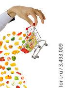 Рука держит магазинную тележку с продуктами. Стоковое фото, фотограф Elnur / Фотобанк Лори