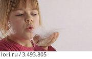 Девочка и пушинка. Стоковое видео, видеограф Павел Меняйло / Фотобанк Лори