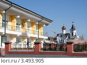 Административное здание и церковь на дальнем плане. Город Улан-Удэ (2012 год). Редакционное фото, фотограф Анна Зеленская / Фотобанк Лори