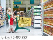 Купить «Женщина с детьми в магазине», фото № 3493953, снято 8 августа 2011 г. (c) Дмитрий Калиновский / Фотобанк Лори