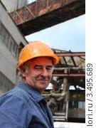 Пожилой рабочий в строительной каске. Стоковое фото, фотограф Хромушин Тарас / Фотобанк Лори