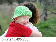 Счастливый ребенок в панамке за плечами у матери. Стоковое фото, фотограф Хромушин Тарас / Фотобанк Лори