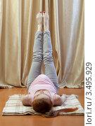 Купить «Беременная женщина выполнят упражнение», фото № 3495929, снято 10 марта 2012 г. (c) Михаил Иванов / Фотобанк Лори