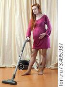 Купить «Беременная женщина дома занимается уборкой», фото № 3495937, снято 10 марта 2012 г. (c) Михаил Иванов / Фотобанк Лори