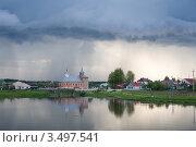 Грозовая туча над церковью в маленьком городе. Стоковое фото, фотограф Юрий Горид / Фотобанк Лори
