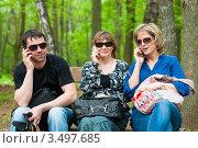 Купить «Две женщины и мужчина сидя на лавочке разговаривают по телефонам», эксклюзивное фото № 3497685, снято 7 мая 2012 г. (c) Игорь Низов / Фотобанк Лори