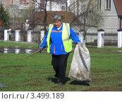 Купить «Дворник убирает мусор в парке. Город Реутов. Московская область», эксклюзивное фото № 3499189, снято 24 апреля 2012 г. (c) lana1501 / Фотобанк Лори