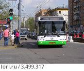 Купить «Городской автобус едет по Первомайской улице. Москва», эксклюзивное фото № 3499317, снято 29 апреля 2012 г. (c) lana1501 / Фотобанк Лори
