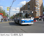 Купить «Городской троллейбус едет по Первомайской улице. Москва», эксклюзивное фото № 3499321, снято 29 апреля 2012 г. (c) lana1501 / Фотобанк Лори