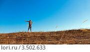 Девушка на фоне синего неба. Начало осени. Стоковое фото, фотограф Хромушин Тарас / Фотобанк Лори