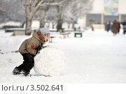 Мальчик с большим снежным комом на улице зимой. Стоковое фото, фотограф Хромушин Тарас / Фотобанк Лори