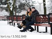 Молодая пара сидит на скамейке в парке. Стоковое фото, фотограф Хромушин Тарас / Фотобанк Лори