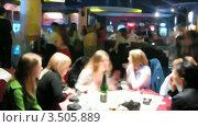 Купить «В ночном клубе. Ускоренная съемка. Лица неразличимы», видеоролик № 3505889, снято 19 ноября 2008 г. (c) Losevsky Pavel / Фотобанк Лори