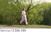 Купить «Бегущая женщина в парке», видеоролик № 3506189, снято 2 мая 2008 г. (c) Losevsky Pavel / Фотобанк Лори