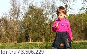 Купить «Ребенок с одуванчиком», видеоролик № 3506229, снято 2 мая 2008 г. (c) Losevsky Pavel / Фотобанк Лори