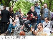 Купить «Люди участвует в народном гулянии белых лент на Чистых прудах, Москва», эксклюзивное фото № 3508581, снято 11 мая 2012 г. (c) Николай Винокуров / Фотобанк Лори