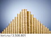 Купить «Пирамида из золотых монет на сером фоне», фото № 3508801, снято 8 декабря 2011 г. (c) Elnur / Фотобанк Лори