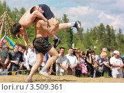 Борцы на национальном якутском празднике Ысыах, борьба хапсагай (2009 год). Редакционное фото, фотограф Камалетдинов Ринат Хусаенович / Фотобанк Лори