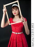 Девушка в красном платье с деревянной рамкой. Стоковое фото, фотограф Юрий Андреев / Фотобанк Лори