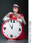 Девушка в красном платье с будильником. Стоковое фото, фотограф Юрий Андреев / Фотобанк Лори