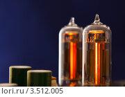 Две работающих радиолампы на синем фоне. Стоковое фото, фотограф Standard Primitive / Фотобанк Лори