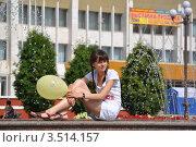 Купить «Девушка с воздушным шариком у фонтана», фото № 3514157, снято 27 июля 2011 г. (c) Евгения Плешакова / Фотобанк Лори