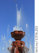 Верхняя часть фонтана и струи на фоне голубого неба (2012 год). Редакционное фото, фотограф Ершова Дора Владимировна / Фотобанк Лори