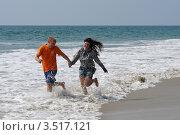 Влюбленная пара бежит по воде (2012 год). Редакционное фото, фотограф Кудрявцева Светлана / Фотобанк Лори