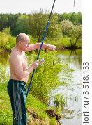 Купить «Мужчина среднего возраста с пойманной рыбой на крючке», эксклюзивное фото № 3518133, снято 15 мая 2012 г. (c) Игорь Низов / Фотобанк Лори