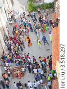 Купить «Гавана. Туристы смотрят театрализованное выступление уличных актеров», фото № 3518297, снято 18 декабря 2011 г. (c) Сергей Дубров / Фотобанк Лори