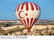 Купить «Воздушный шар с символикой государственного флага Турции летит над долиной», фото № 3519629, снято 1 мая 2012 г. (c) Николай Винокуров / Фотобанк Лори