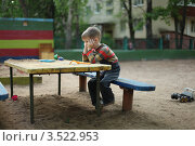 Одинокий ребенок в детском саду. Стоковое фото, фотограф Оксана Лычева / Фотобанк Лори