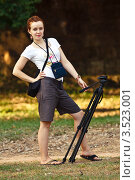 Девушка со штативом. Стоковое фото, фотограф Иван Губанов / Фотобанк Лори