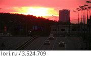 Купить «Городская автомобильная дорога на закате», видеоролик № 3524709, снято 23 июня 2008 г. (c) Losevsky Pavel / Фотобанк Лори