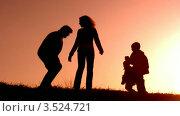Купить «Родители играют с детьми на закате», видеоролик № 3524721, снято 18 июня 2008 г. (c) Losevsky Pavel / Фотобанк Лори